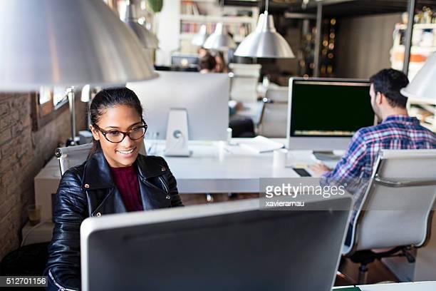 Jeune femme Brésilienne sur une démarrage bureau de travail