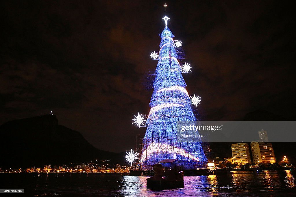 Brazilians Paddle Past The Worldu0027s Largest Floating Christmas Tree On  December 21, 2014 In Rio