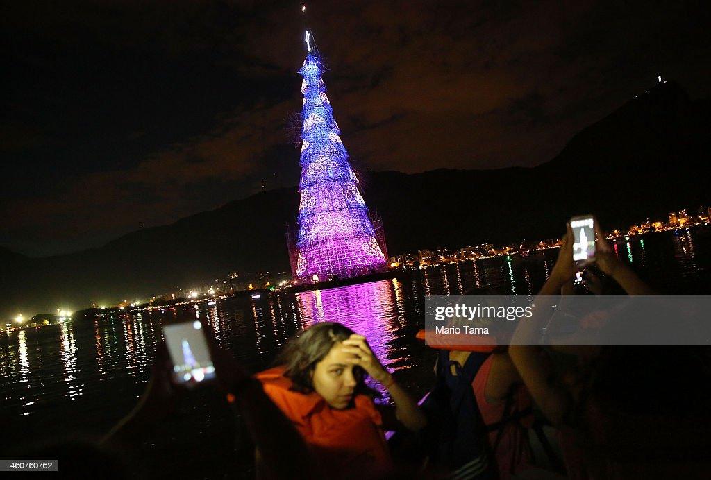 Rio Celebrates Holiday Season With Floating Christmas Tree : ニュース写真