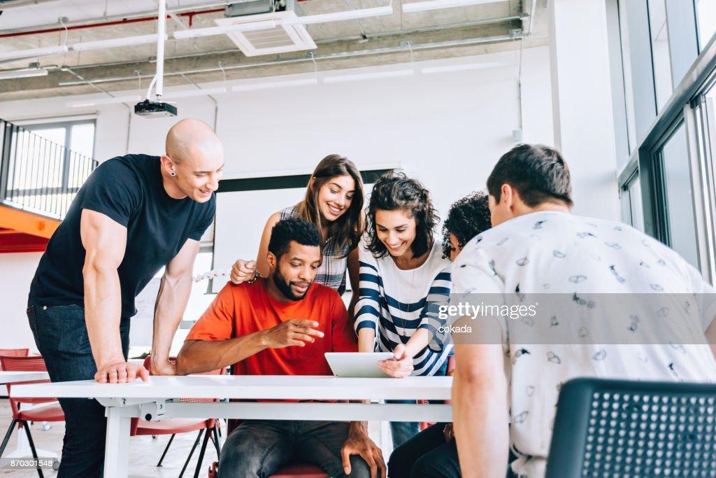 Brasileiros trabalhando juntos : Foto de stock