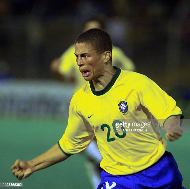 Brazil's Alex celebrates his goal to tie Paraguay 1-1 during the second period of their 18 July 2001, Copa America, Group B match at Pascual Guerrero...