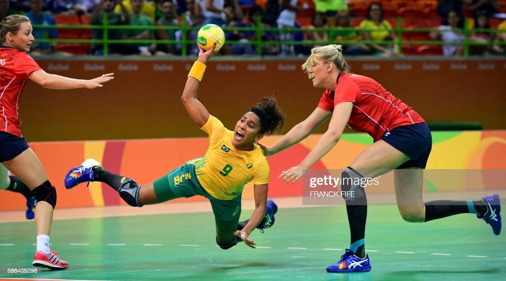 TOPSHOT - Brazil's centre back Ana Paula Belo (C) shoots during the women's preliminaries Group A handball match Norway vs Brazil for the Rio 2016 Olympics Games at the Future Arena in Rio on August 6, 2016. / AFP / afp / FRANCK