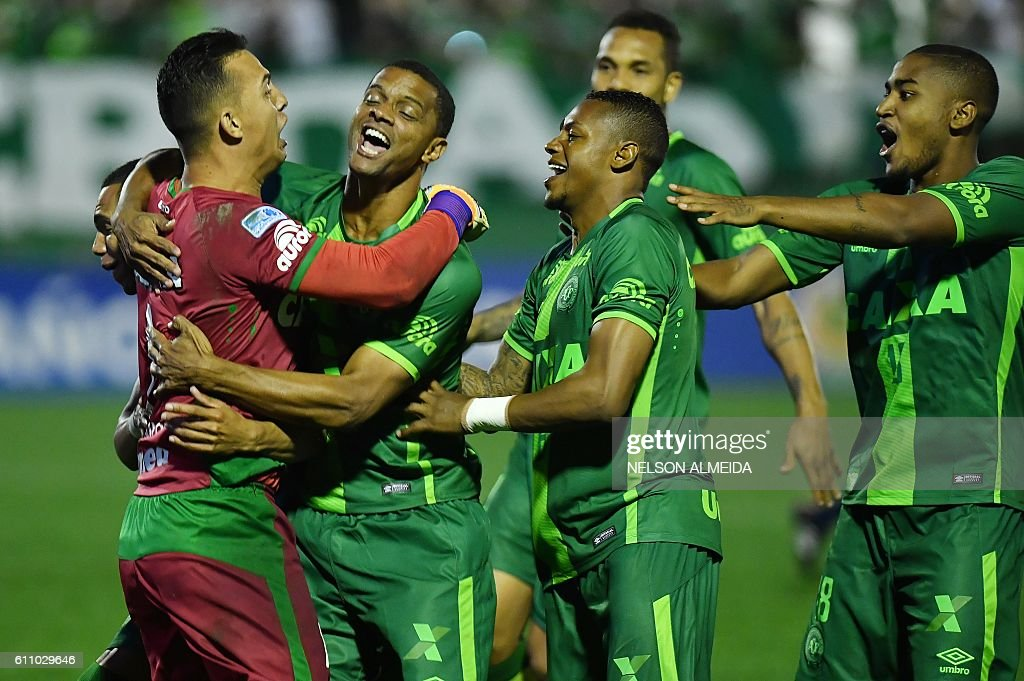 Brazil's Chapecoense goalkeeper Danilo (L) celebrates with teammates after defeating Argentina's Independiente in a penalty shoot-out during their Sudamericana Cup match at the Arena Conda stadium, in Chapeco, Brazil, on September 28, 2016. / AFP / NELSON