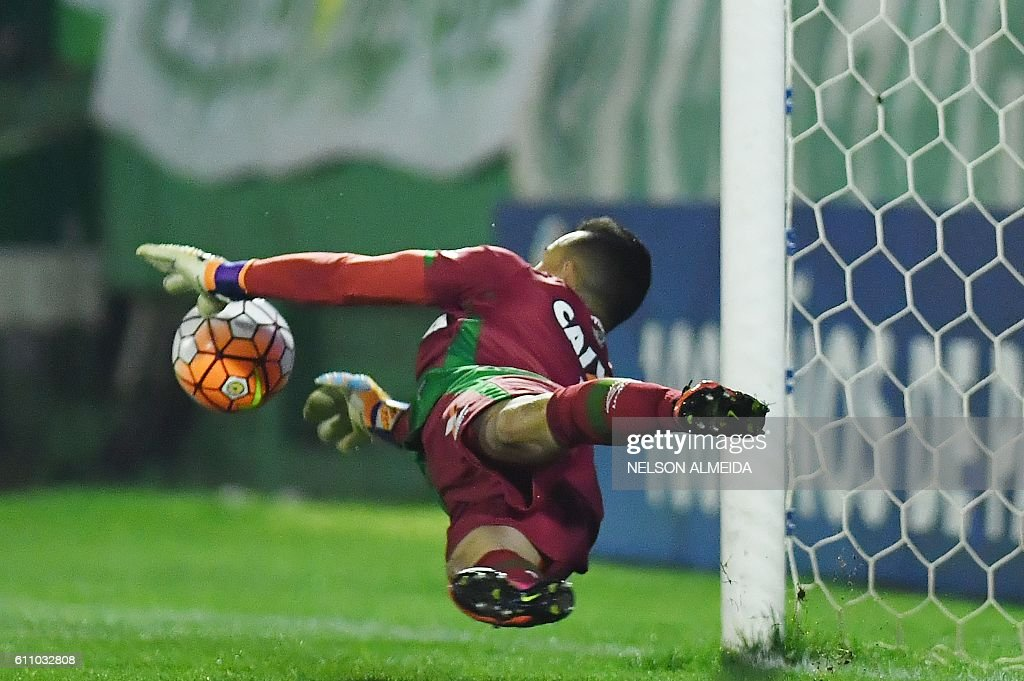 TOPSHOT - Brazil's Chapecoense goalkeeper Danilo deflects a ball during the penalty shoot-out against Argentina's Independiente during their Sudamericana Cup match at the Arena Conda stadium, in Chapeco, Brazil, on September 28, 2016. / AFP / NELSON