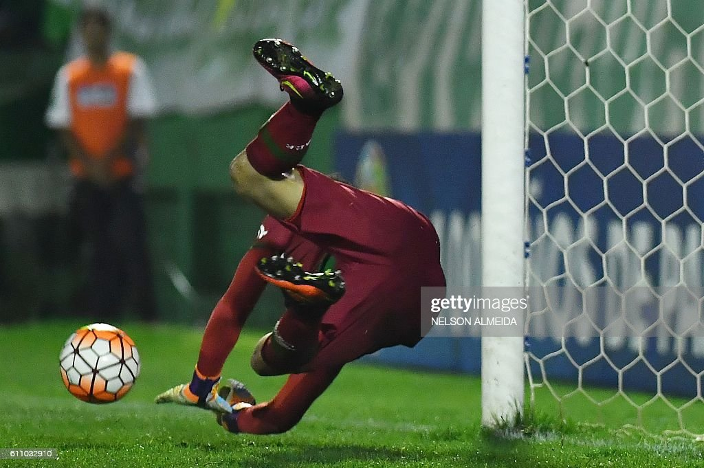 Brazil's Chapecoense goalkeeper Danilo deflects the ball during the penalty shoot-out against Argentina's Independiente during their Sudamericana Cup match at the Arena Conda stadium, in Chapeco, Brazil, on September 28, 2016. / AFP / NELSON