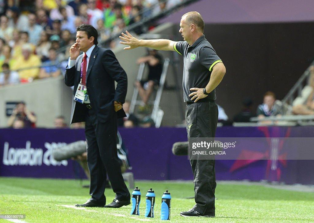 Brazil's coach Mano Menezes (R) and Mexi : News Photo
