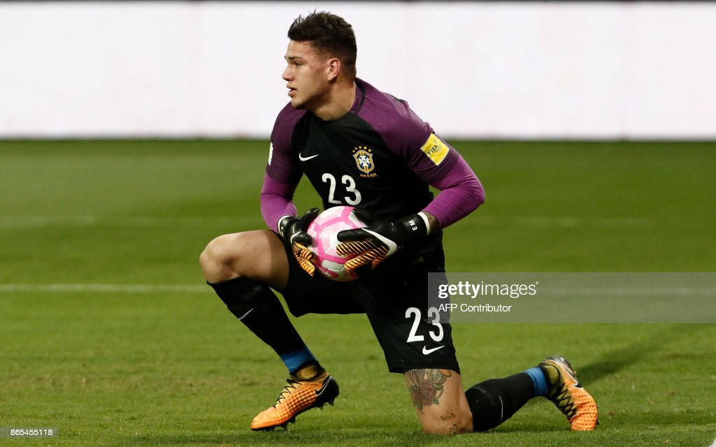 Brazil's Ederson is seen during the FIFA 2018 World Cup qualifier football match against Chile in Sao Paulo, Brazil, on October 10, 2017. / AFP PHOTO / Miguel SCHINCARIOL