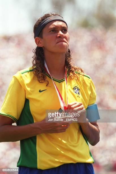 Brazil's Elane holds on tightly to her bronze medal