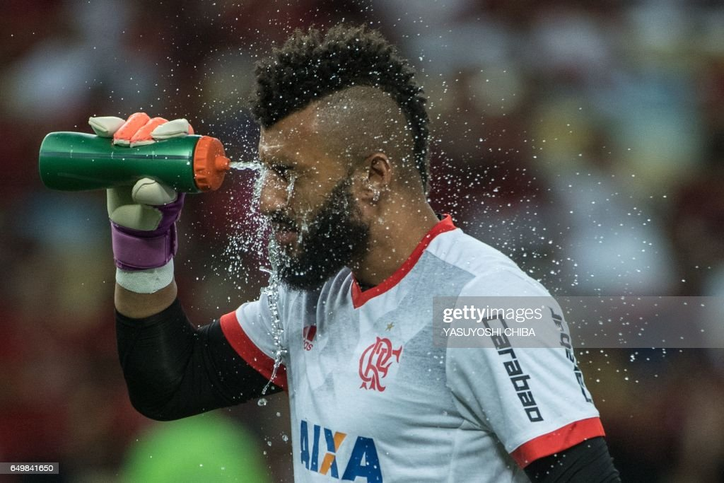 Brazil's Flamengo goalkeeper Alex takes water before their Libertadores Cup football match against Argentina's San Lorenzo at Maracana stadium in Rio de Janeiro, Brazil on March 8, 2017. / AFP PHOTO / Yasuyoshi Chiba