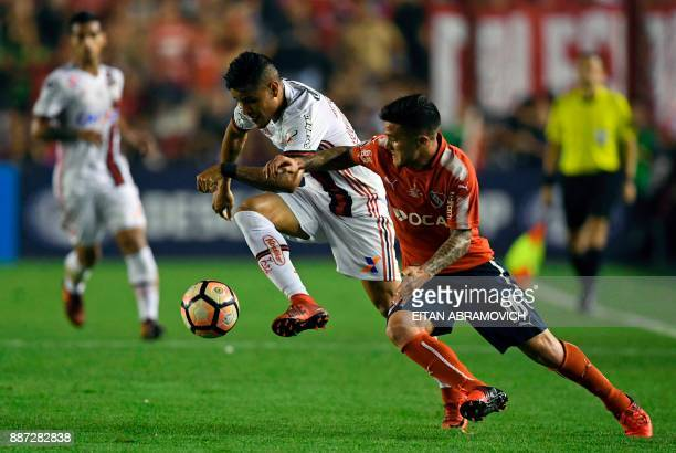 Brazil's Flamengo midfielder Everton vies for the ball with Argentina's Independiente defender Fabricio Bustos during the Copa Sudamericana first leg...