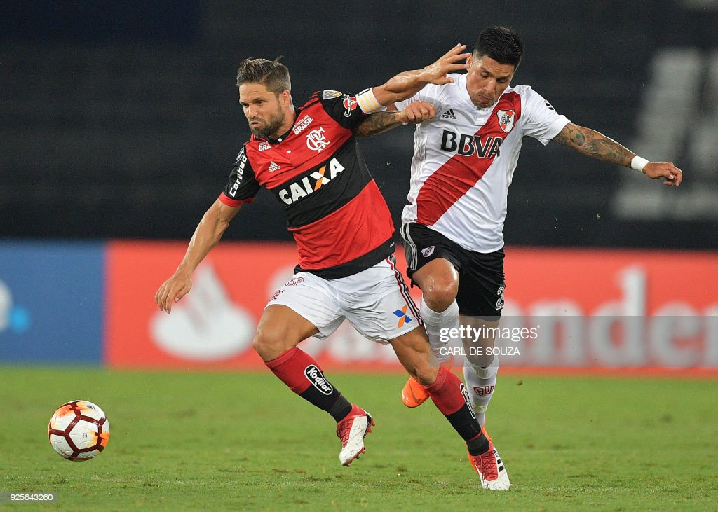 Brazil's Flamengo player Diego (L) vies for the ball with Argentina's River Plate Enzo Perez, during their group stage Copa Libertadores football match at Nilton Santos stadium in Rio de Janeiro, Brazil on February 28, 2018. / AFP PHOTO / Carl DE