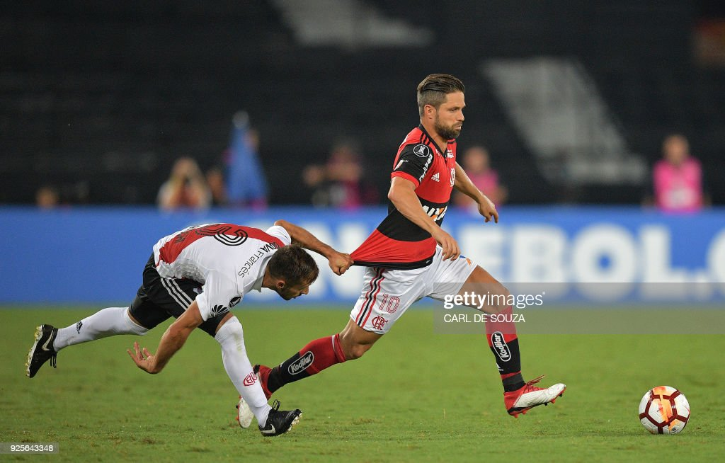 Brazil's Flamengo player Diego (R) vies for the ball with Argentina's River Plate Marcelo Saracchi, during their group stage Copa Libertadores football match at Nilton Santos stadium in Rio de Janeiro, Brazil on February 28, 2018. / AFP PHOTO / Carl DE