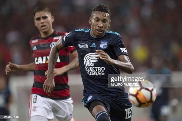Brazil's Flamengo team player Gustavo Cuellar vies for the ball with Ecuador's Emelec player Eduar Preciado during the Copa Libertadores 2018...