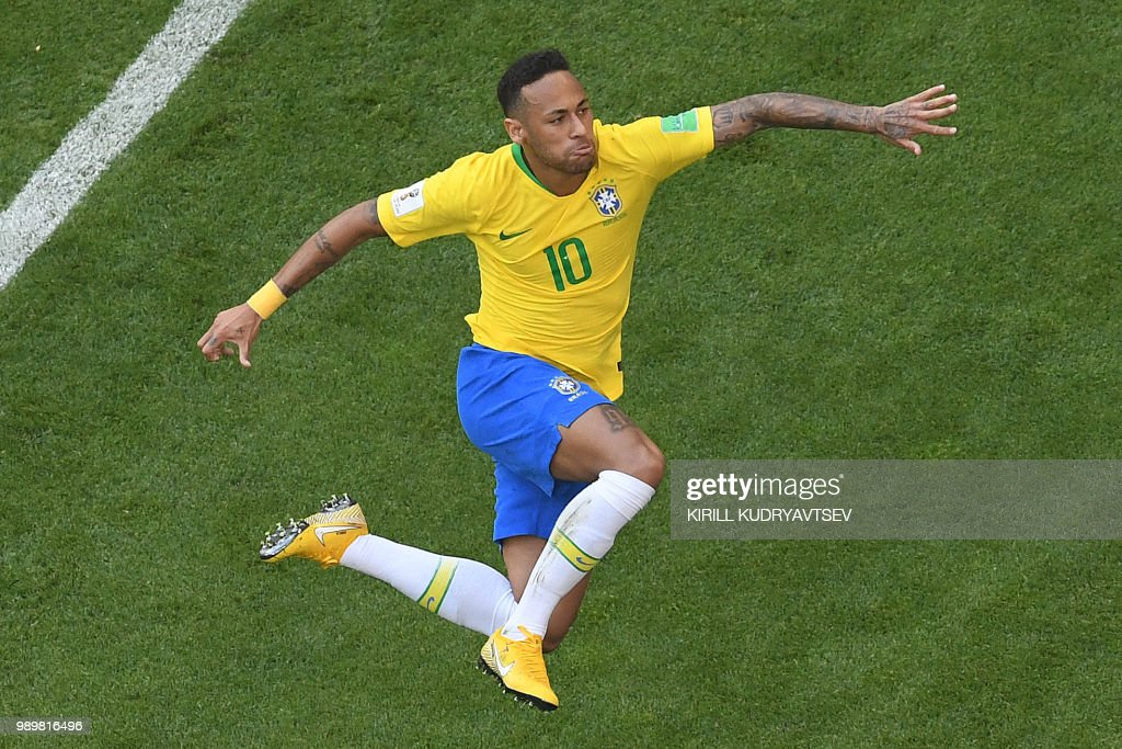 TOPSHOT - Brazil's forward Neymar celebrates scoring the opening goal during the Russia 2018 World Cup round of 16 football match between Brazil and Mexico at the Samara Arena in Samara on July 2, 2018. (Photo by Kirill KUDRYAVTSEV / AFP) / RESTRICTED