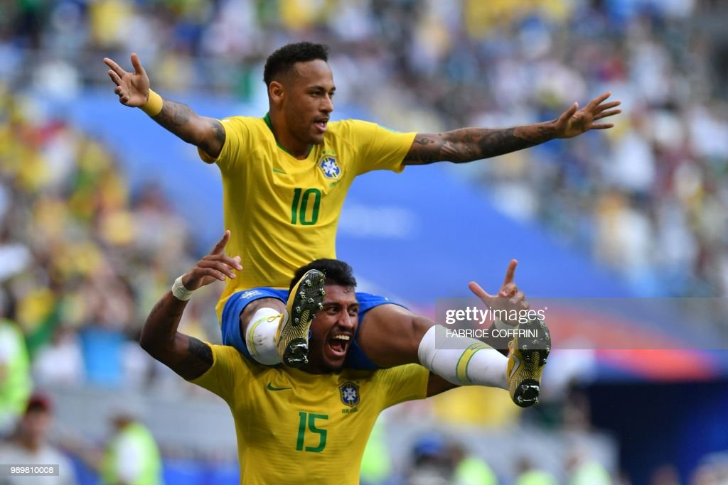TOPSHOT - Brazil's forward Neymar celebrates with Brazil's midfielder Paulinho after scoring the opening goal during the Russia 2018 World Cup round of 16 football match between Brazil and Mexico at the Samara Arena in Samara on July 2, 2018. (Photo by Fabrice COFFRINI / AFP) / RESTRICTED