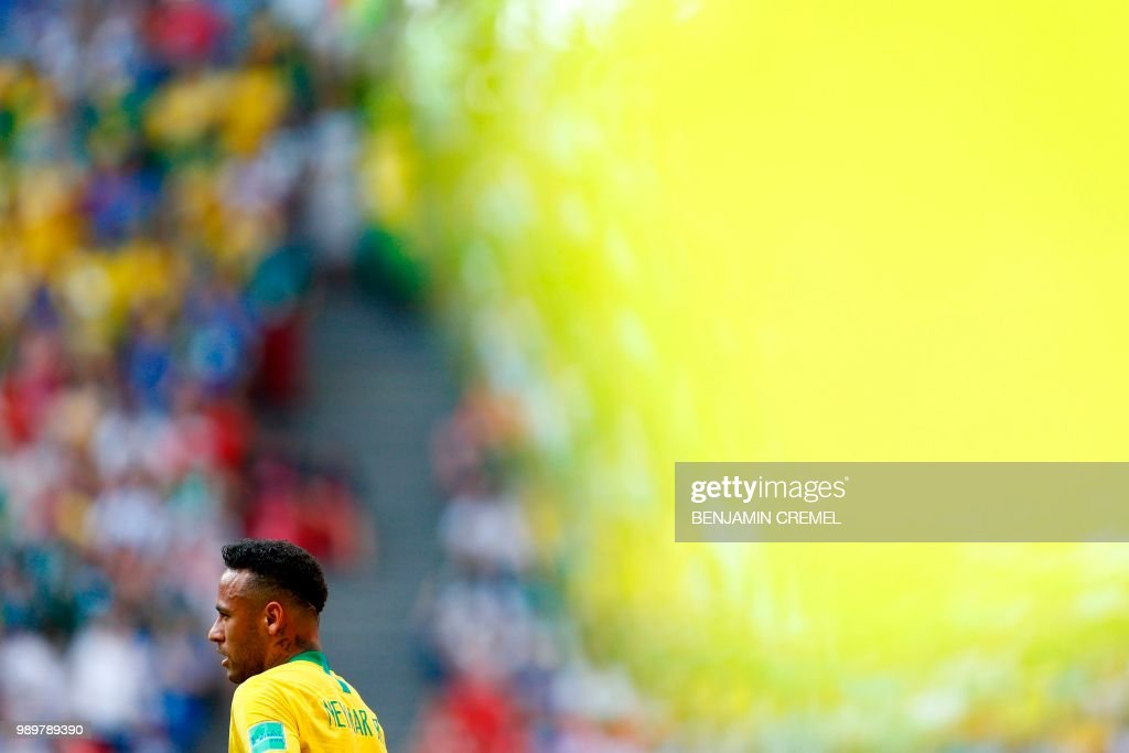 TOPSHOT - Brazil's forward Neymar looks on during the Russia 2018 World Cup round of 16 football match between Brazil and Mexico at the Samara Arena in Samara on July 2, 2018. (Photo by BENJAMIN CREMEL / AFP) / RESTRICTED
