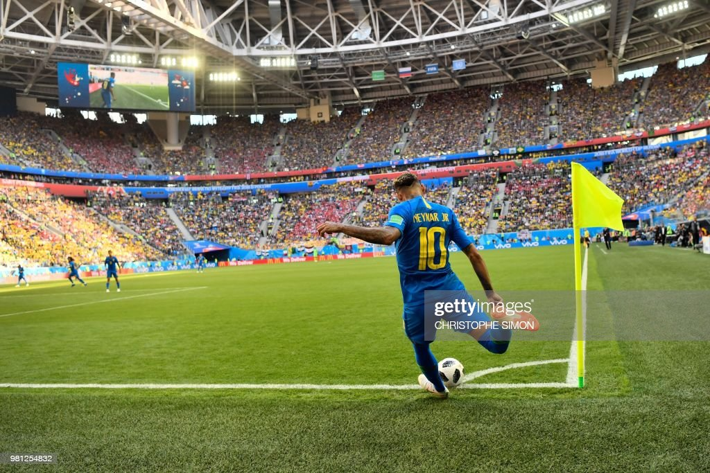 TOPSHOT - Brazil's forward Neymar takes a corner during the Russia 2018 World Cup Group E football match between Brazil and Costa Rica at the Saint Petersburg Stadium in Saint Petersburg on June 22, 2018. (Photo by CHRISTOPHE SIMON / AFP) / RESTRICTED