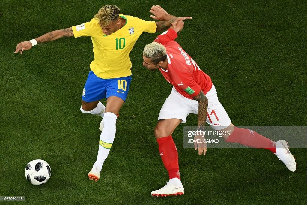 TOPSHOT - Brazil's forward Neymar (L) vies with Switzerland's midfielder Valon Behrami during the Russia 2018 World Cup Group E football match between Brazil and Switzerland at the Rostov Arena in Rostov-On-Don on June 17, 2018. (Photo by Jewel SAMAD / AFP) / RESTRICTED