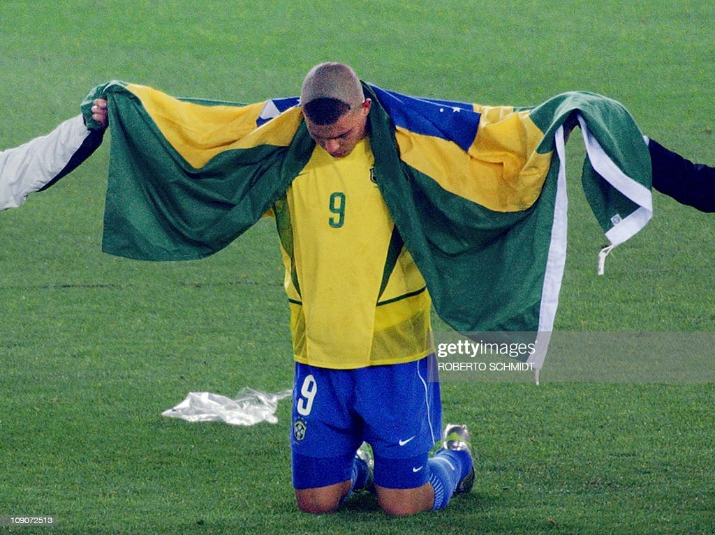 Brazil's forward Ronaldo, wrapped in the : News Photo