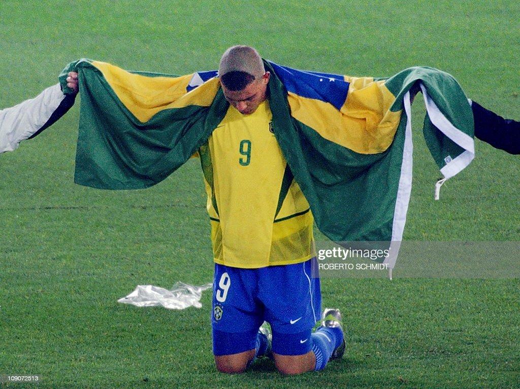 Brazil's forward Ronaldo, wrapped in the : Foto jornalística