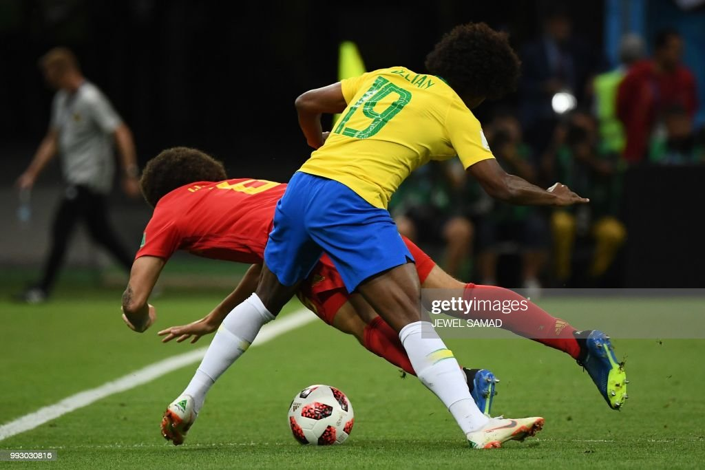 TOPSHOT - Brazil's forward Willian (back) fouls Belgium's midfielder Axel Witsel during the Russia 2018 World Cup quarter-final football match between Brazil and Belgium at the Kazan Arena in Kazan on July 6, 2018. (Photo by Jewel SAMAD / AFP) / RESTRICTED