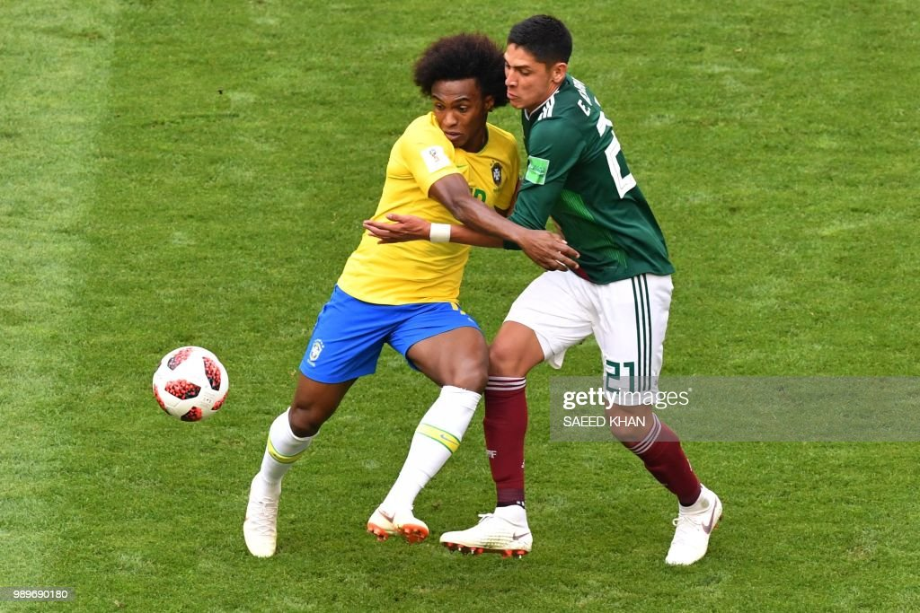 TOPSHOT - Brazil's forward Willian (L) vies for the ball with Mexico's defender Edson Alvarez during the Russia 2018 World Cup round of 16 football match between Brazil and Mexico at the Samara Arena in Samara on July 2, 2018. (Photo by SAEED KHAN / AFP) / RESTRICTED