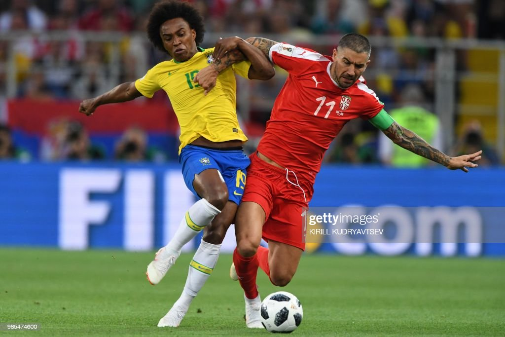 TOPSHOT - Brazil's forward Willian (L) vies for the ball with Serbia's defender Aleksandar Kolarov during the Russia 2018 World Cup Group E football match between Serbia and Brazil at the Spartak Stadium in Moscow on June 27, 2018. (Photo by Kirill KUDRYAVTSEV / AFP) / RESTRICTED