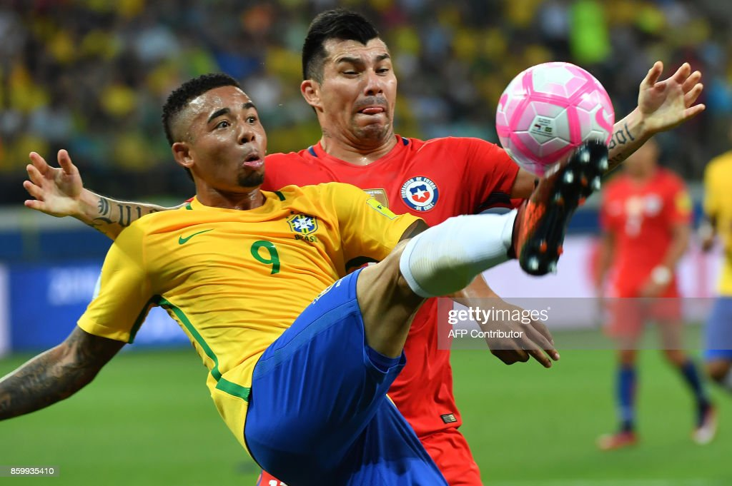 Brazil's Gabriel Jesus (L) is marked by Chile's Gary Medel during their 2018 World Cup football qualifier match in Sao Paulo, Brazil, on October 10, 2017. / AFP PHOTO / Nelson ALMEIDA