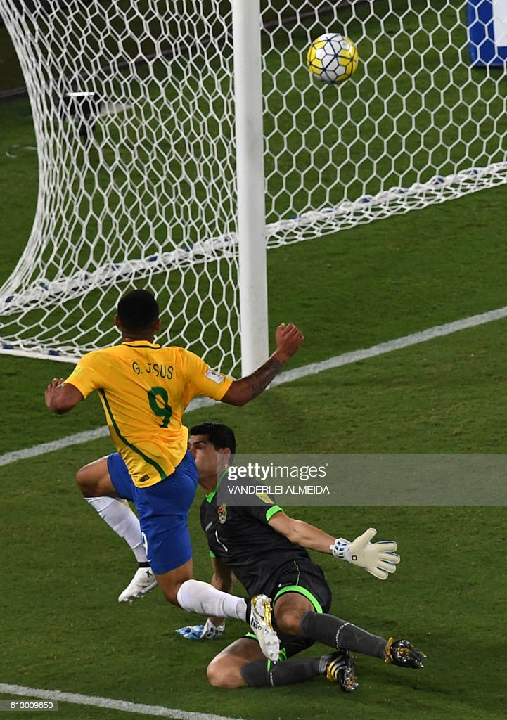 Brazil's Gabriel Jesus scores against Bolivia's goalkeeper Carlos Lampe during their Russia 2018 World Cup qualifier football match in Natal, Brazil, on October 6, 2016. / AFP / VANDERLEI