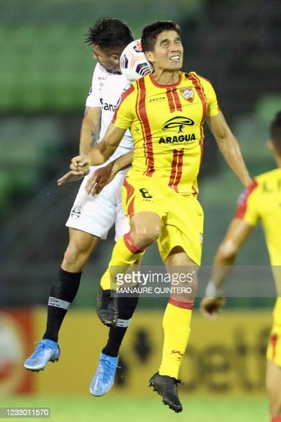 Brazil's Gremio Chilean Cesar Pinares and Venezuela's Aragua Diego Guerrero vie for the ball during the Copa Sudamericana football tournament group...