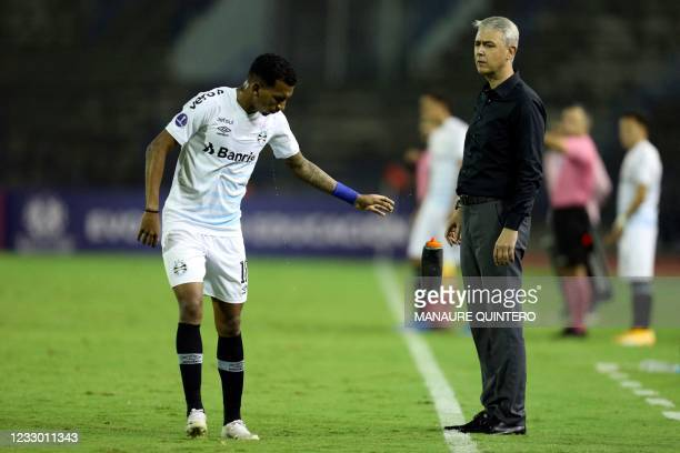Brazil's Gremio Leo Chu throws a water bottle as Brazil's Gremio coach Tiago Nunes looks on during the Copa Sudamericana football tournament group...