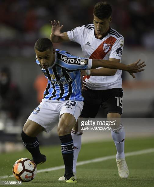 Brazil's Gremio midfielder Alisson vies for the ball with Argentina's River Plate midfielder Exequiel Palacios during their Copa Libertadores 2018...