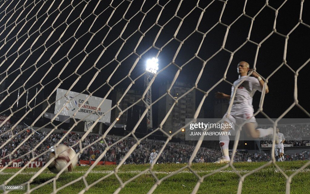 Brazil's Internacional defender Nei reacts after Argentina's Estudiantes forward Leandro Gonzalez (not in picture) scored his team's first goal against during their Copa Libertadores 2010 quarterfinals footbal match at Quilmes stadium in Buenos Aires, Argentina, on May 20, 2010. AFP PHOTO / Juan Mabromata