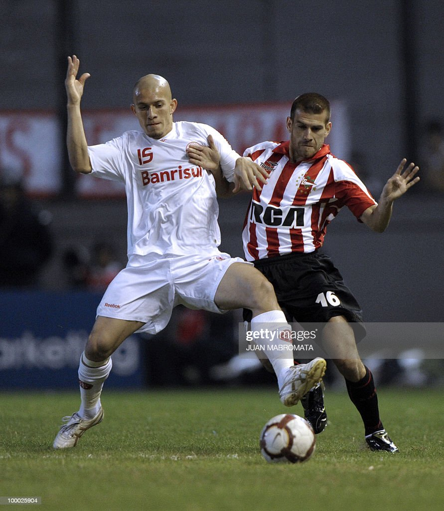Brazil's Internacional defender Nei (L) vies for the ball with Argentina's Estudiantes de la Plata defender German Re during their Copa Libertadores 2010 quarterfinals football match at Quilmes stadium in Buenos Aires, Argentina, on May 20, 2010. AFP PHOTO / Juan Mabromata
