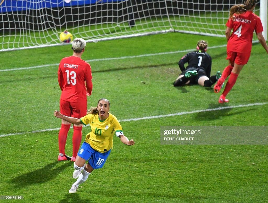 FBL-WOMEN-CANADA-BRAZIL : News Photo