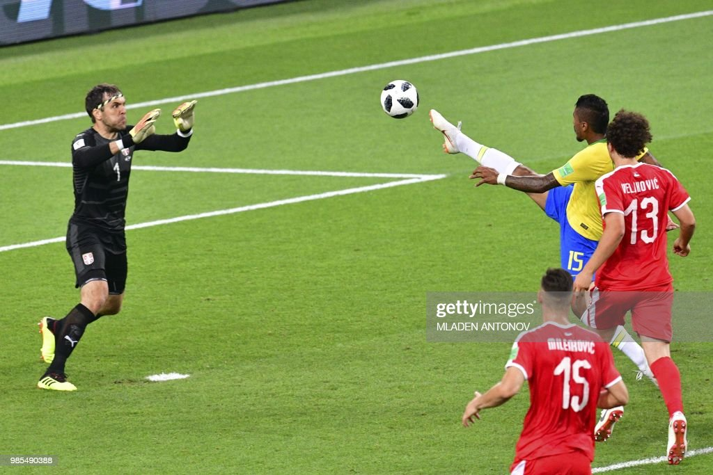 TOPSHOT - Brazil's midfielder Paulinho (R) scores a goal past Serbia's goalkeeper Vladimir Stojkovic (L) during the Russia 2018 World Cup Group E football match between Serbia and Brazil at the Spartak Stadium in Moscow on June 27, 2018. (Photo by Mladen ANTONOV / AFP) / RESTRICTED