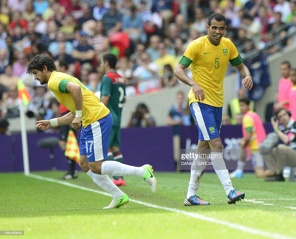 Brazil's midfielder Sandro (R) leaves th : News Photo