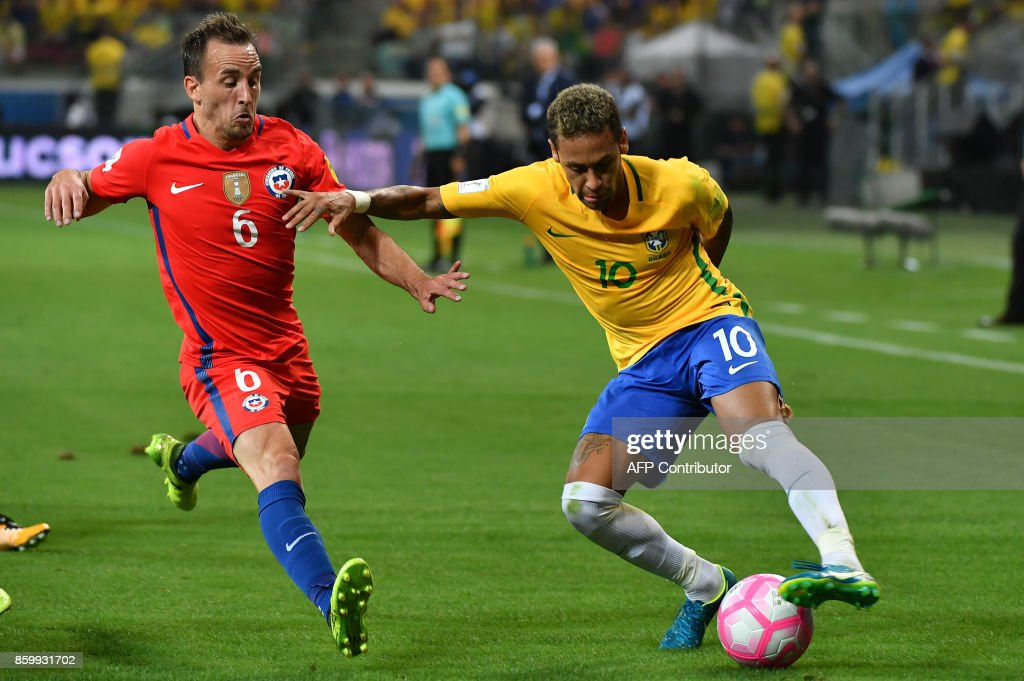 Brazil's Neymar (R) is marked by Chile's Jose Fuenzalida during their FIFA 2018 World Cup qualifier football match in Sao Paulo, Brazil, on October 10, 2017. / AFP PHOTO / Nelson ALMEIDA