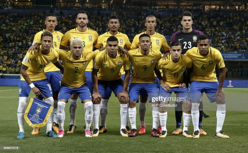 Brazil's' players pose for pictures before the start of their 2018 World Cup qualifier football match against Chile, in Sao Paulo, Brazil, on October 10, 2017. / AFP PHOTO / Miguel SCHINCARIOL