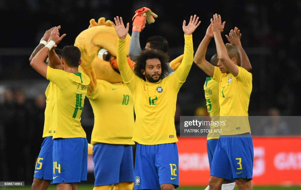 Brazil's players wave after their international friendly football match between Germany and Brazil in Berlin, on March 27, 2018. / AFP PHOTO / Patrik STOLLARZ