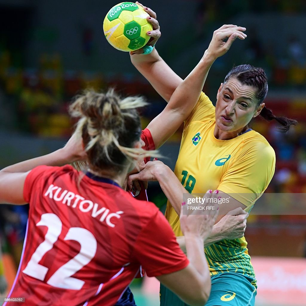 Brazil's right wing Eduarda Amorim (R) vies with a Norway defender during the women's preliminaries Group A handball match Norway vs Brazil for the Rio 2016 Olympics Games at the Future Arena in Rio on August 6, 2016. / AFP / afp / FRANCK