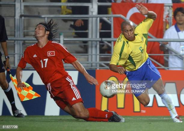 Brazil's Robert Carlos and Turkey's Ilhan Mansiz vie for the ball 03 June 2002 in Ulsan's Munsu Football Stadium during action at the Group C match...