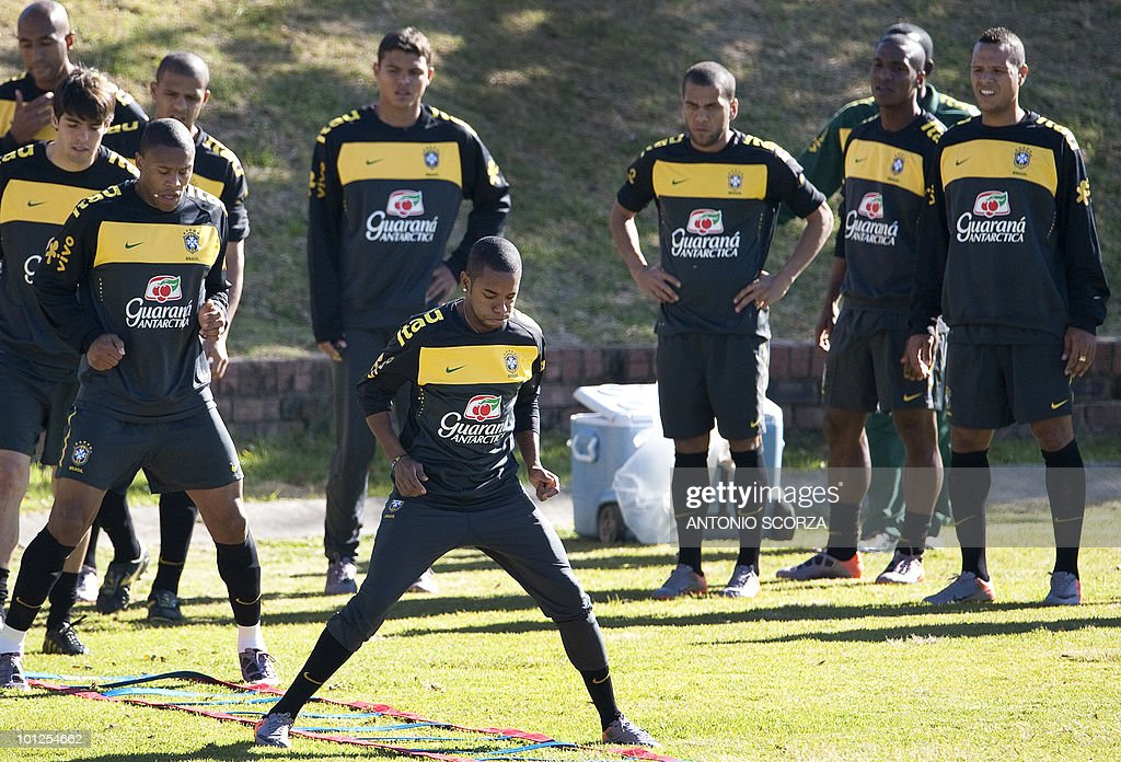 Brazil's Robinho (C) leads his teammates as they exercise during a training session at Randburg High School in Johannesburg, on May 29, 2010 ahead of the 2010 FIFA football World Cup held in South Africa. AFP PHOTO/ ANTONIO