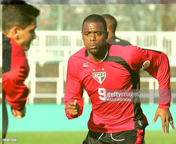 Brazil's Sao Paulo FC forward Grafite warms up during a practice session in Tokyo, 07 December 2005. South American club champions Sao Paulo FC...