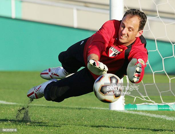 Brazil's Sao Paulo FC goalkeeper Rogerio Ceni tries to catch the ball during a practice session in Tokyo, 07 December 2005. South American club...