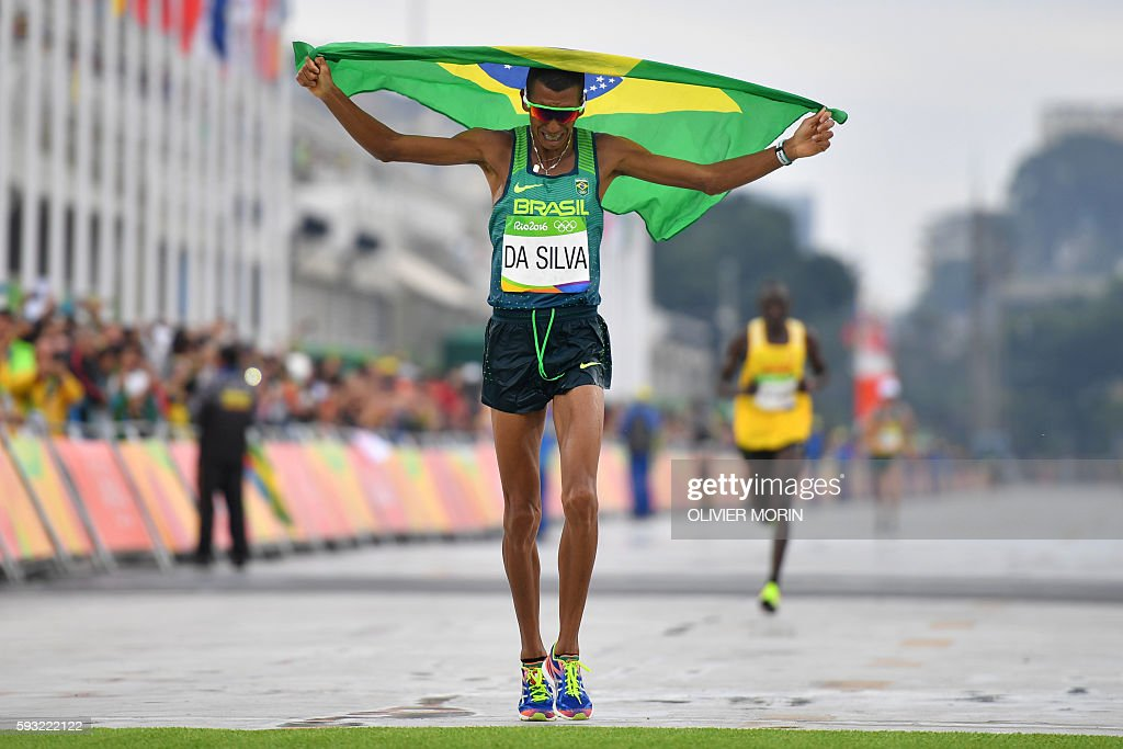 TOPSHOT - Brazil's Solonei Da Silva crosses the finish line of the Men's Marathon athletics event during the Rio 2016 Olympic Games at the Sambodromo in Rio de Janeiro on August 21, 2016. / AFP / OLIVIER