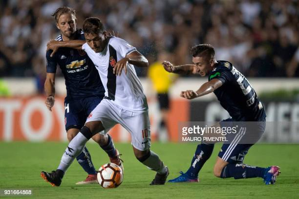 Brazil's Vasco da Gama player Evander vies for the ball with Chile's Universidad de Chile player Felipe Seymour and Rodrigo Echeverria during their...