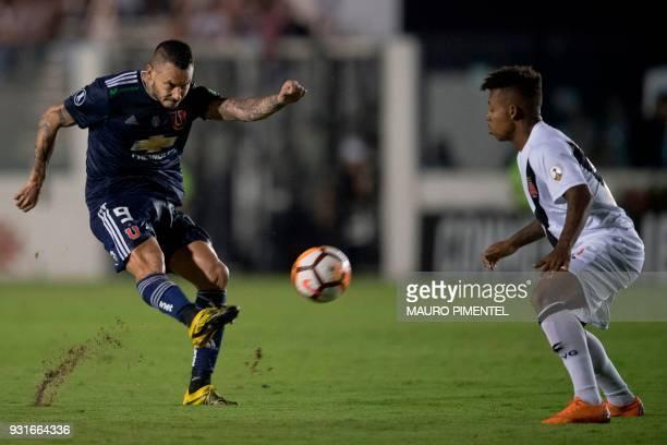 Brazil's Vasco da Gama player Paulo Vitor vies for the ball with Chile's Universidad de Chile player Mauricio Pinilla during 2018 Libertadores...