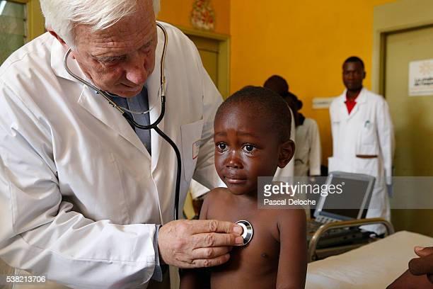brazzaville hospital. medical consultation of the ngo la chaîne de l'espoir. professor alain deloche. - philanthropist stock pictures, royalty-free photos & images