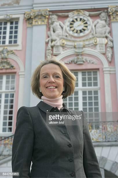 Bärbel Dieckmann Oberbürgermeisterin von Bonn CDU D vor dem Rathaus